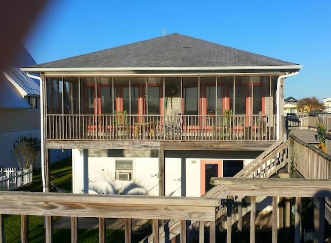 Canal front beach home w boat ramp and lift houses for Beach house lifts