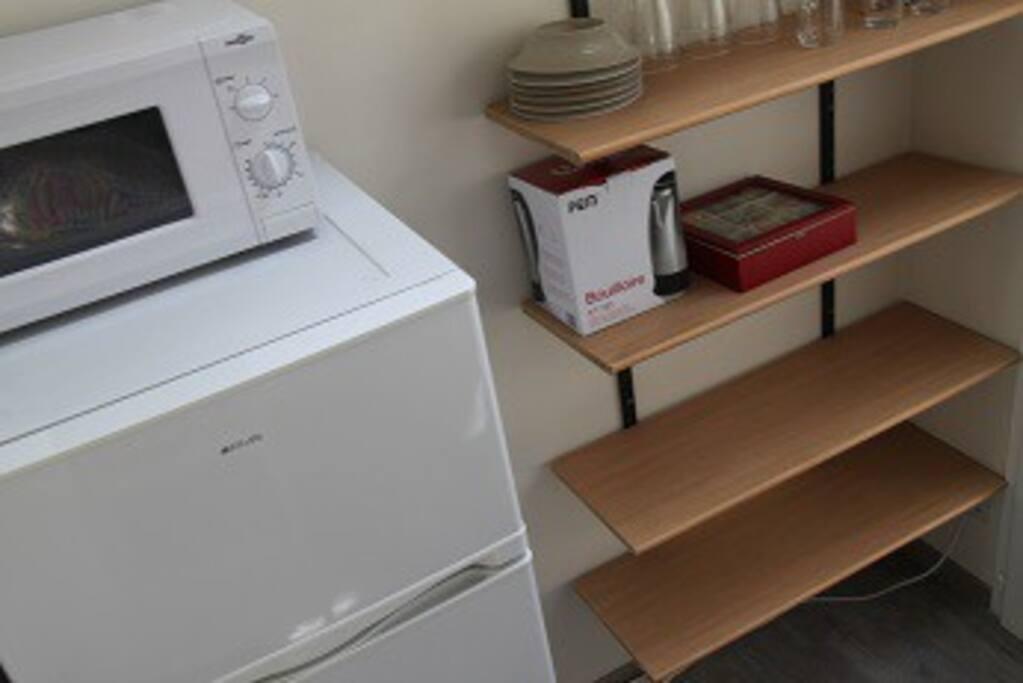 Chambre 1 équipée réfrigérateur congélateur, micro onde, vaisselle sans plaque de cuisson, hyper marché restaurants et snack dans le quartier