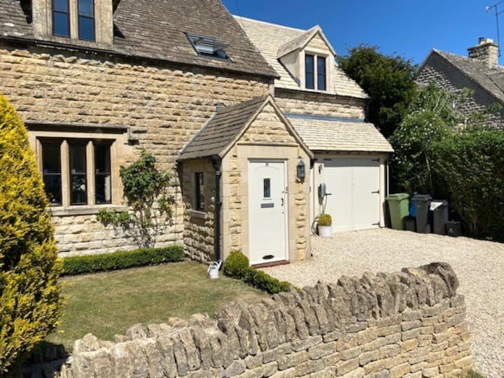 Large Stylish Luxury Cotswold Cottage - ideal for families, w/ EV charging