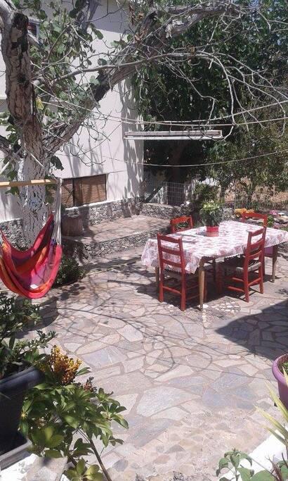 Αυλή με τραπέζι και αιώρα