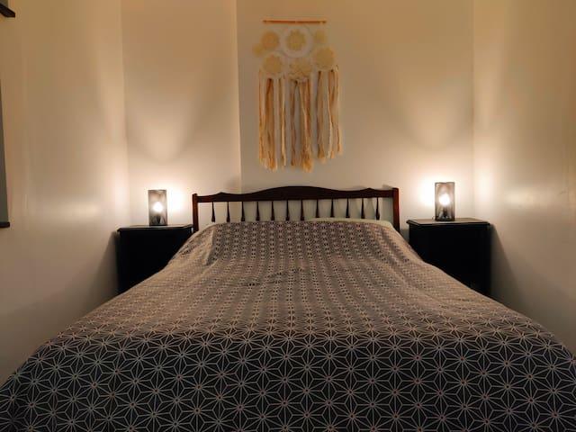 Chambre - Lit 140x190 - 2 oreillers - Literies fournie - Draps supplémentaires disponibles