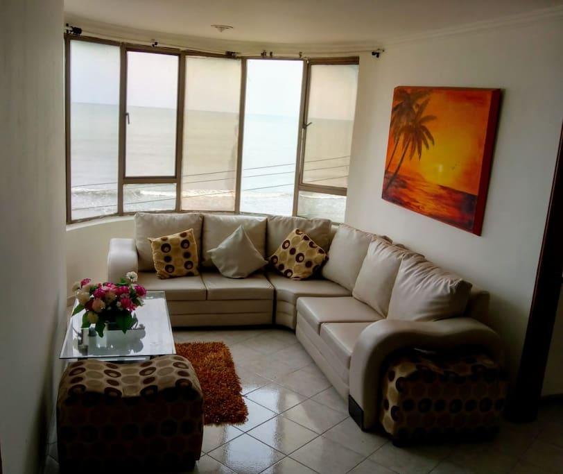 Sala del apartamento con vista al mar