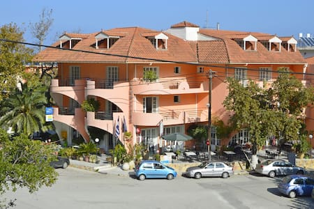 comfortable family & group friendly! apartment 4+ - Poros