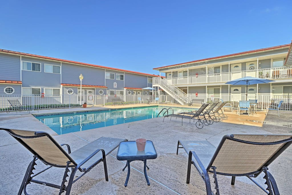 The 1BR, 1-bath gives 6 guests access to community amenities, including 2 pools!