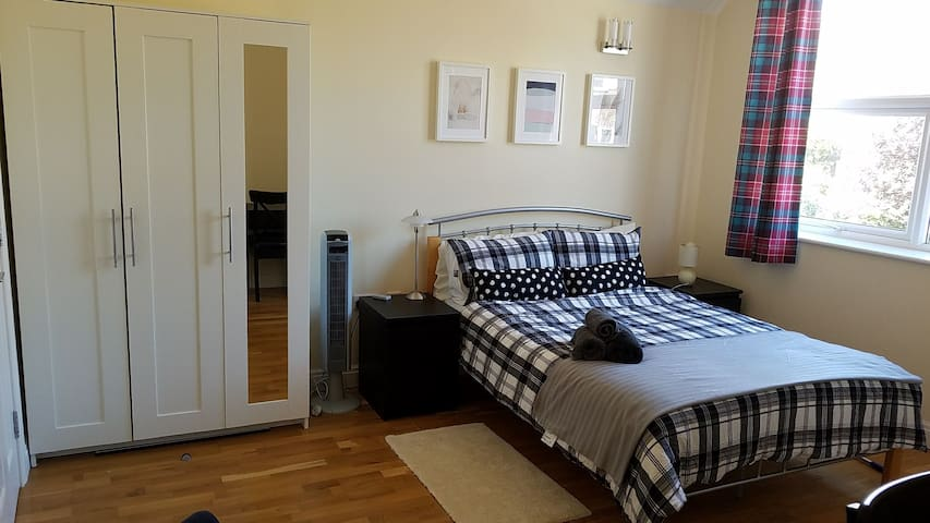 Spacious Ensuite double room in Wimbledon