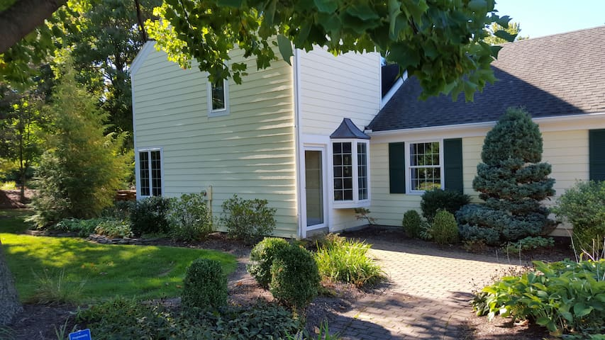 Pittsford gem, vaulted ceilings, gardens. - Pittsford - Apartamento