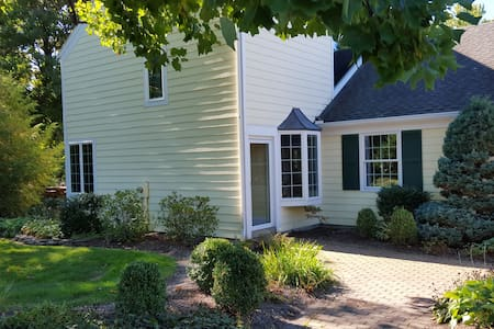 Pittsford gem, vaulted ceilings, gardens. - Pittsford - Haus