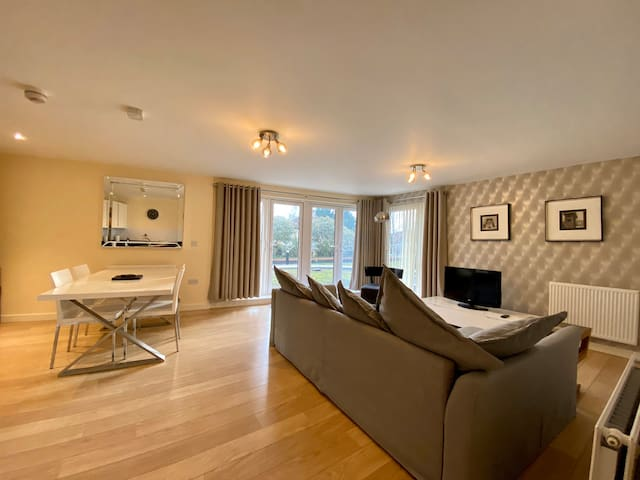 LUXURY 2 BED 2 BATH TOWN CENTRE APARTMENT