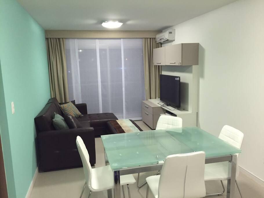 zona living  con un sofá práctico que se puede convertir en una cama doble o dos simples