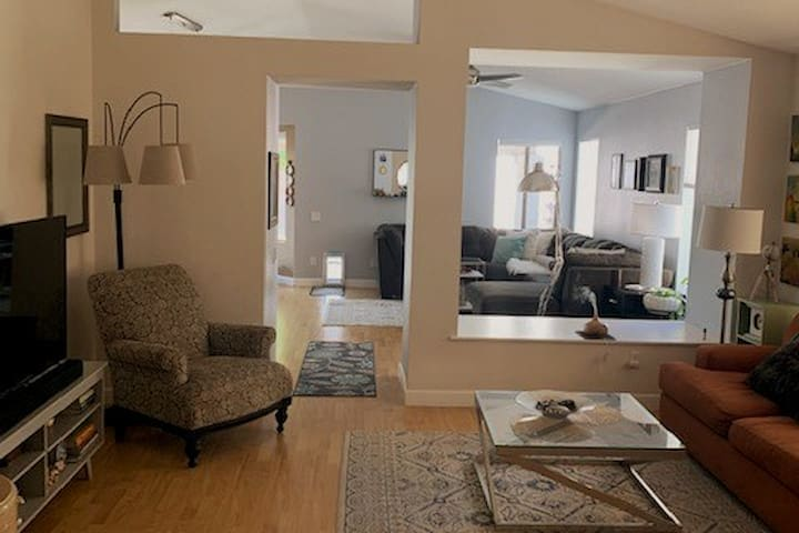 Ahwatukee 2bedba, plus office. Small dog friendly