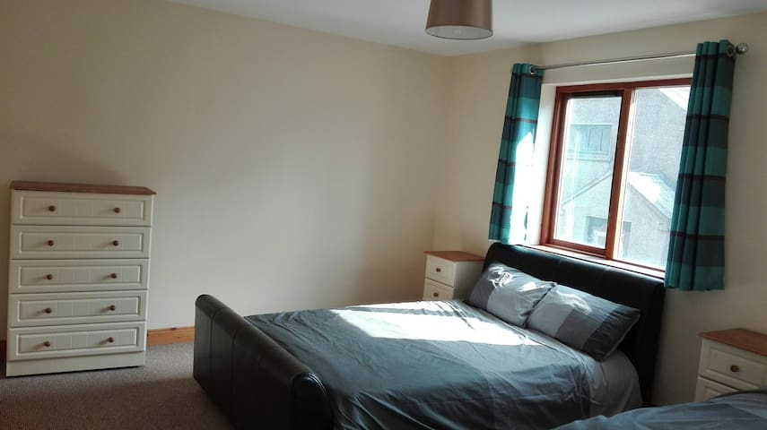 Town House: Triple Room w/ Private Bathroom - Manorhamilton - Bed & Breakfast