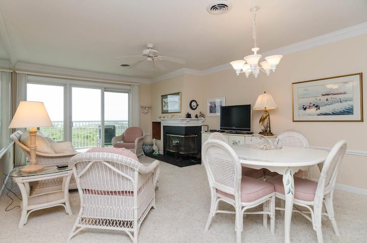 Daughtry-Beautiful oceanfront Condo with pool and tennis court