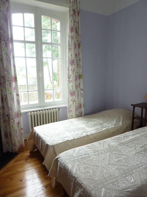 Chambre à 2 lits neufs, avec vue sur le jardin