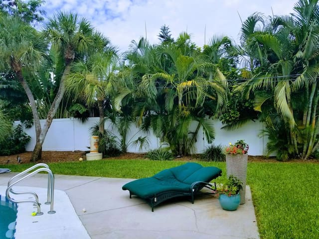 Twisted Palms  2 bedroom, 1 bath Tropical Paradise