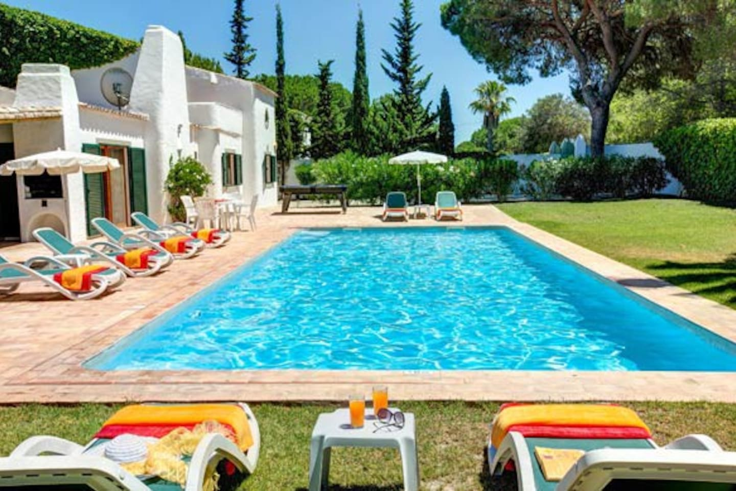 Your own paradise away from home - Lush garden with large private pool in a quiet pine forest