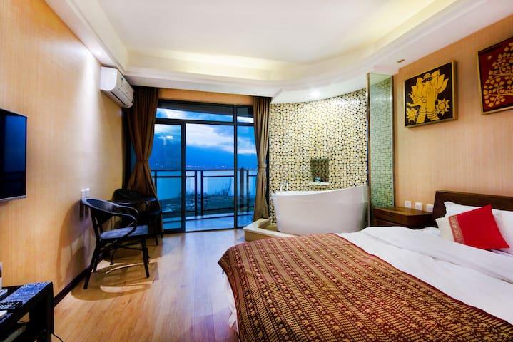 直面苍山洱海一线180度海景带浴缸大床房(大阳台带摇椅)