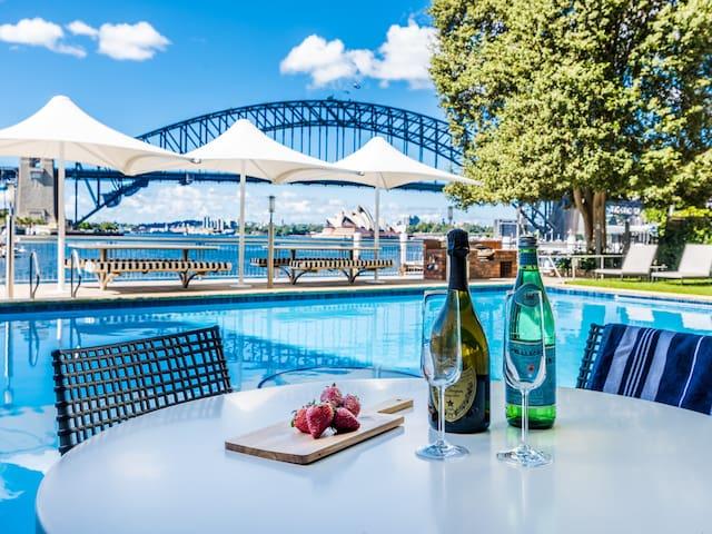 Harbourside Spectacular with Iconic Harbour Views