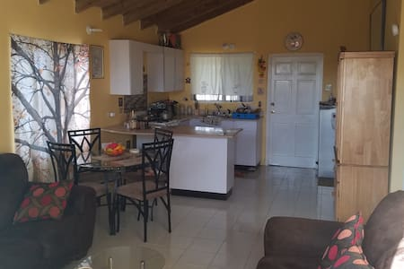 Spacious 2 Bedroom Jewel 3 mins from Hiwy, Gated.