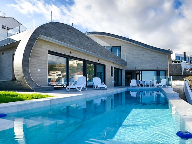 Modern luxury villa with 4 bedrooms, sea views and heated infinity pool