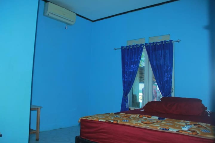 ini merupakan kamar tidur pertama/ paling depan dengan fasilitas AC