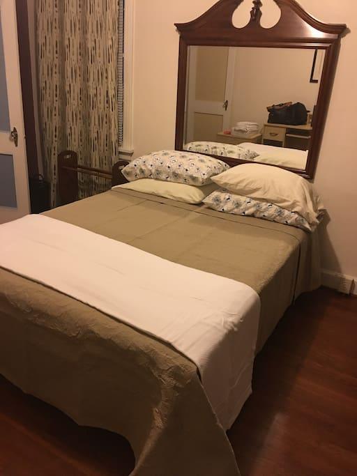 Queen/full bed bedroom