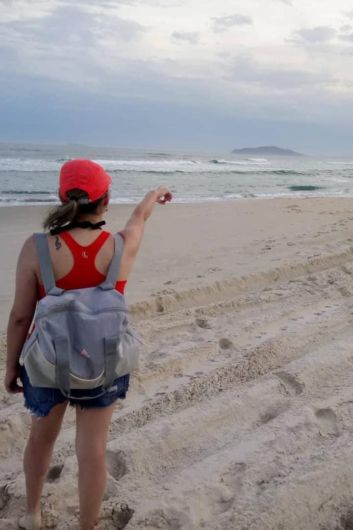 Trajeto em praia deserta