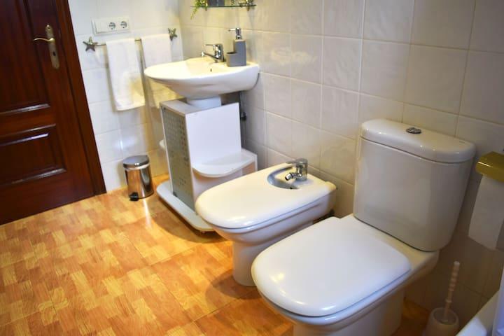 baño con bañera planta baja