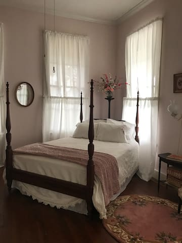 The Riverboat Bed & Breakfast- The Pink Stateroom