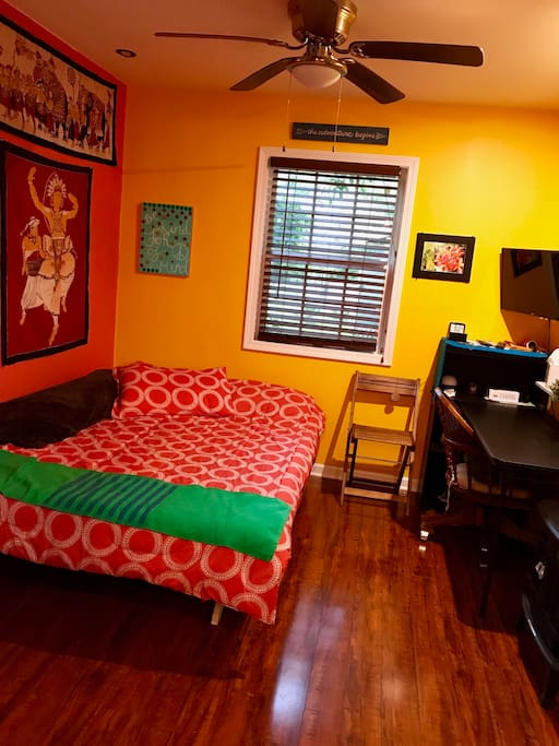 Queen bed, desk, TV w/ Netflix, dimmable lighting, A/C and cozy electric fireplace!