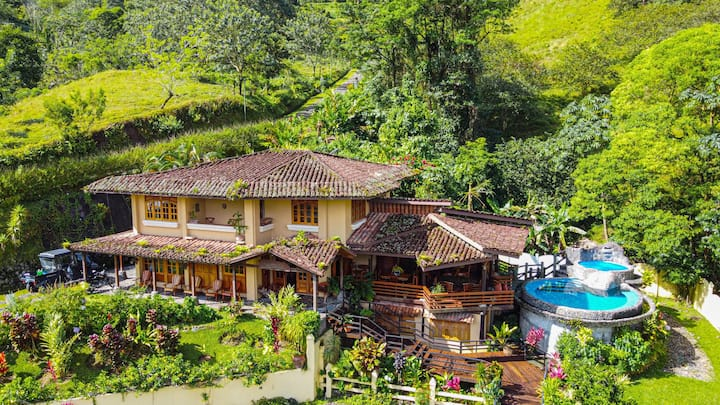 Majestic Lodge. Luxury Home w/ Pool and Volcano View