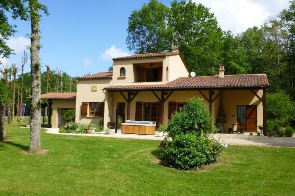 Grande maison sur un terrain boisé de 20 000m² à la campagne à 500 m du village de Capdrot. Environnement très calme.