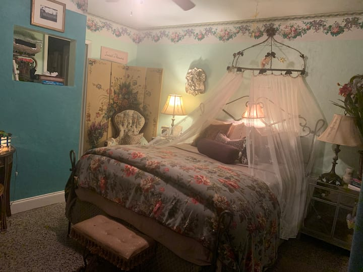 SHAMROCK ☘️ HISTORIC INN (QUEEN themed guest room)