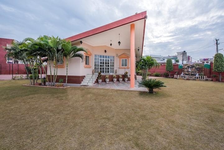 6 Bedroom Villa with Garden, Kitchen & Cook