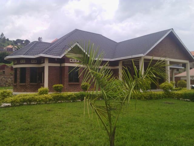 Großes Haus direkt am Kivu See