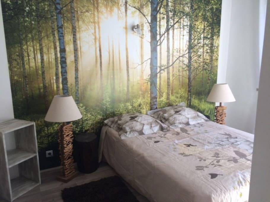 grande chambre lumineuse avec un rappel de la forêt