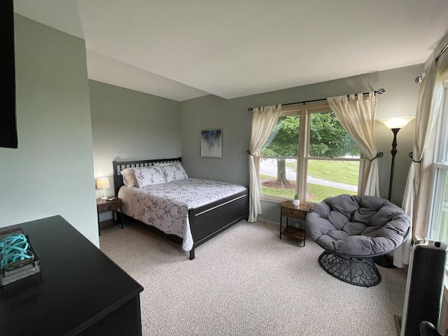 Bedroom 3. Queen bed. Front of house, closest to road. Plenty of drawer space & a closet. Smart TV.