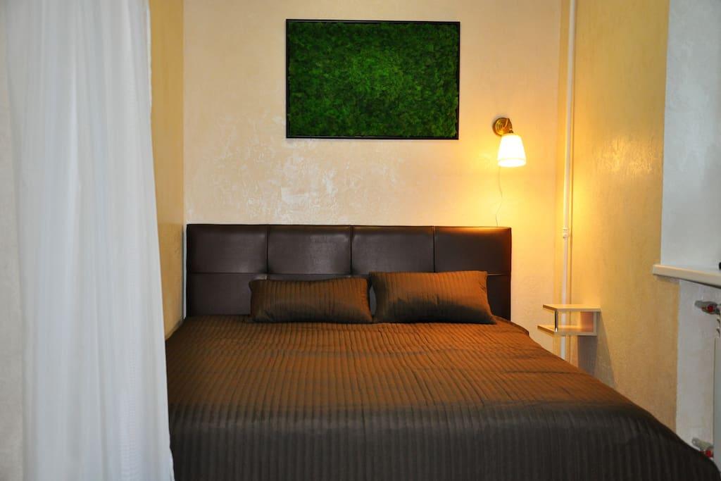 Спальная зона с двухспальной кроватью