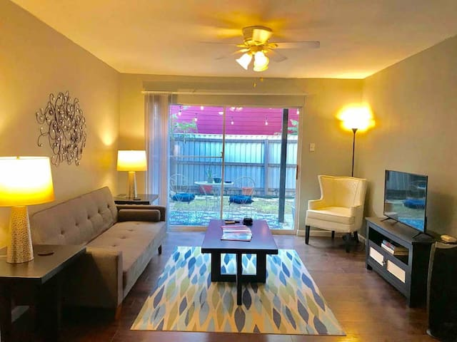 Private Patio   Sleeps 5    Extremely Walkable    A+ Location   Great for Corporate Travelers
