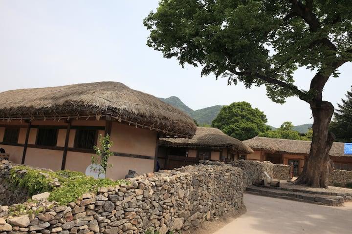 느티나무집, 아산시 외암민속마을의 전통 초가집