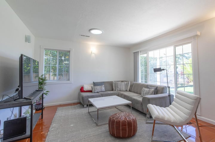 Private room in Beautifully remodeled Redwood City home by the 101