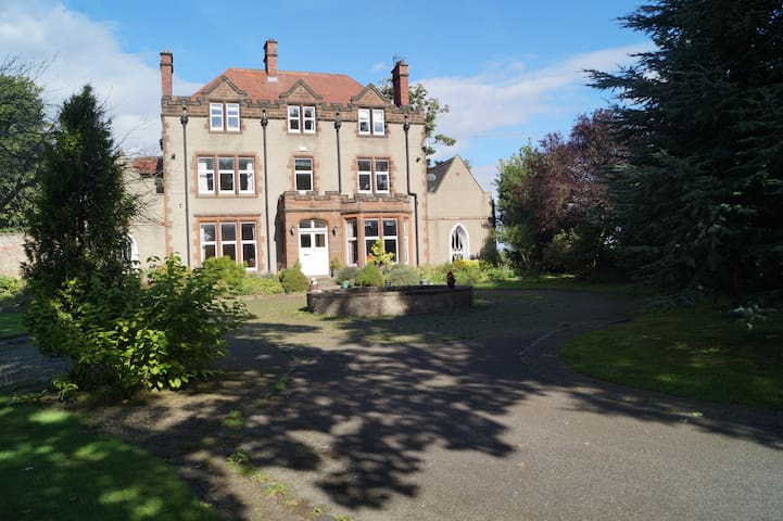 Edwardian lodge set in large gardens - 9 bedrooms