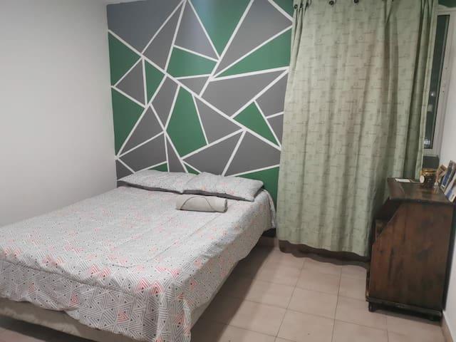 #4cómoda habitación con aire cerca del centro