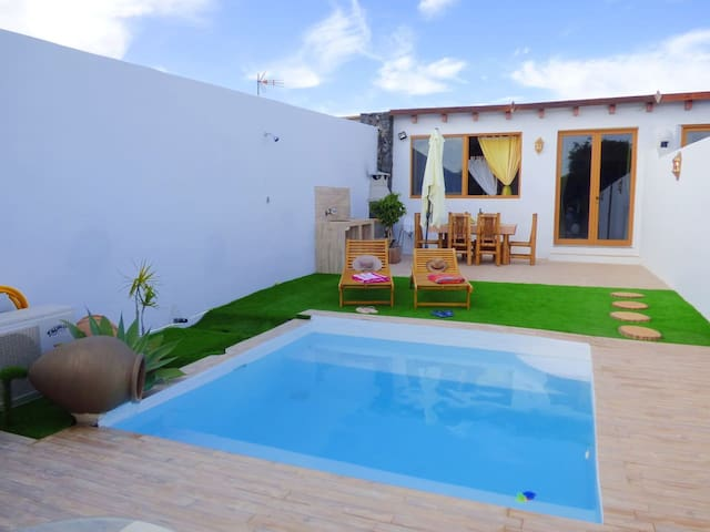 Villa Isla 1 bedroom, BBQ, solarium & private pool