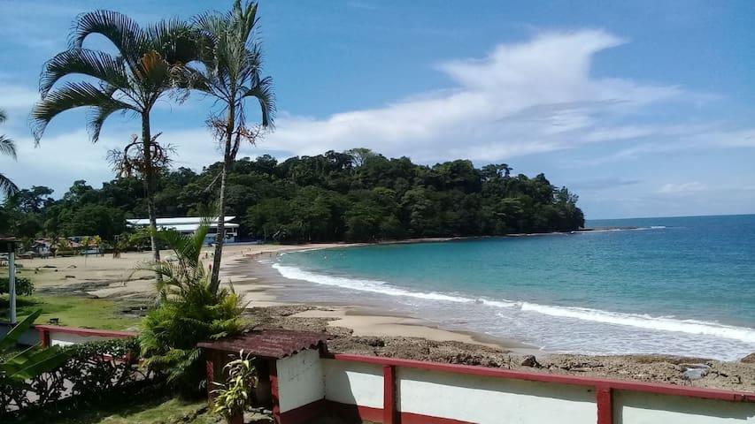 Aparts Los Cocos 2 , Playa Bonita, frente al mar