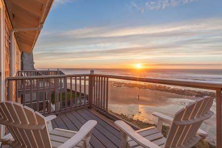 Moonraker -Oceanfront, balcony, kitchen, fireplace