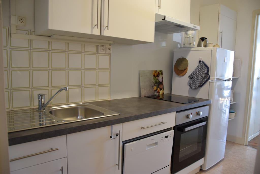 cuisine avec lave vaisselle, four et plaques à induction