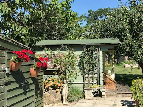 Garden lodge retreat direct access to Hod Hill