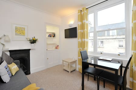 Beautiful Central Bath Flat Nr Station + Parking
