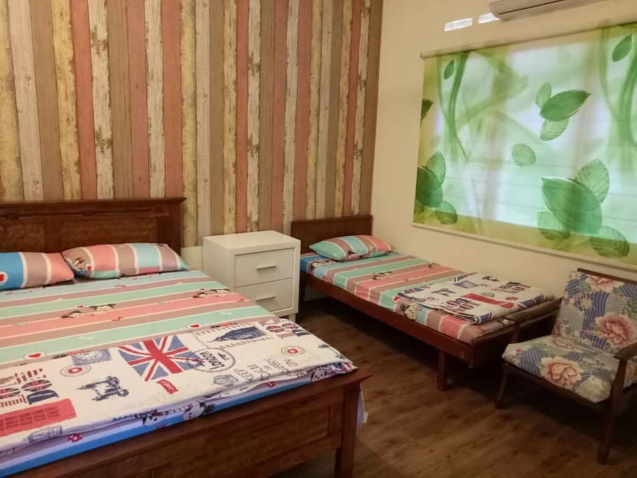 Room 1: Queen Size Bed x1,  Single Bed x1