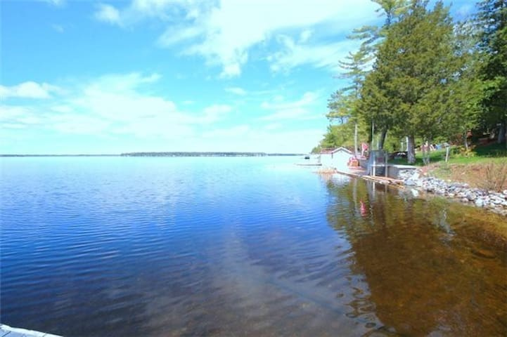 Waterfront, direct access to lake
